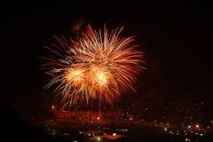 Feuerwerksanzeige, helle Farben im nächtlichen Himmel Stockfotografie