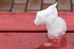 Eine Figürchen des Schnees ist wie ein Hund Lizenzfreie Stockfotos