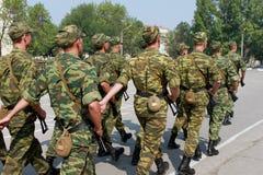 Eine Firma von den russischen Soldaten, die auf den Paradeplatz marschieren Lizenzfreie Stockfotos
