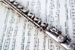 Eine Flöte auf Blattmusik Lizenzfreie Stockbilder