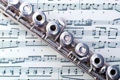 Eine Flöte auf Blattmusik Lizenzfreies Stockfoto