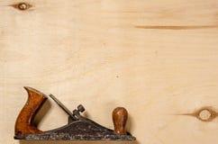 Eine flache Lage auf einem Blatt des Sperrholzes Flache Ansicht Stockfotografie