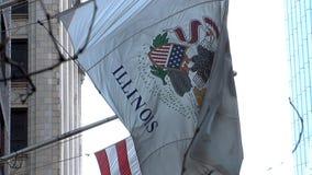 Eine Flagge der amerikanischen Flagge und des Staat Illinois fliegt stolz in den Wind stock video footage
