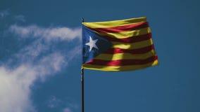 Eine Flagge der Republik von Katalonien bewegt wegen eines starken Winds wellenartig stock video footage