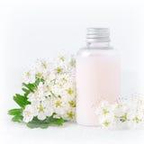 Eine Flasche der natürlichen Babykosmetik mit Blumen Lizenzfreies Stockbild