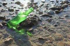 Eine Flasche durch das Meer Stockfotografie