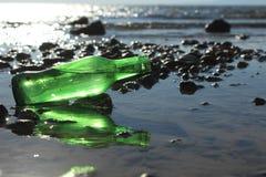 Eine Flasche durch das Meer Lizenzfreie Stockfotos