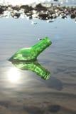 Eine Flasche durch das Meer Lizenzfreies Stockfoto