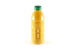 Eine Flasche Orangensaft mit Massen, getrennt auf w Lizenzfreies Stockfoto