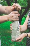 Eine Flasche Sekt in den Händen, ein Paar öffnet eine Flasche stockfotografie