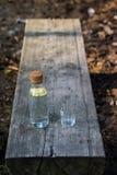 Eine Flasche Wasser mit Zitrone und einem Glas Auf der eine Bank ein Hinweis lizenzfreies stockfoto