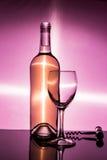 Eine Flasche Weißwein ist ein leeres Glas und ein Korkenzieher Stockfoto