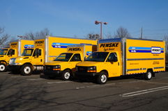 Eine Flotte gelbe Penske-Miet-LKWs lizenzfreie stockbilder