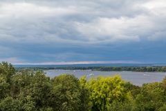 Eine Flusslandschaft Sommer oder Herbst Touristische Boote Der Fluss Volga im Stadt Samara, Russland Schwere Wolken am Abend Lizenzfreies Stockfoto