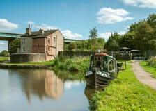 Eine Fotografie, die ein umgewandeltes Kanal narrowboat dokumentiert, tritt als eine Teestube mit einem kleinen GartenSitzbereich lizenzfreies stockbild