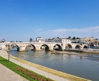 Eine Fotografie von Fluss überschreiten unter Steinbrücke stockfoto