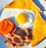 Eine Frühstücksplatte des Eies und des Speckes Stockfotos