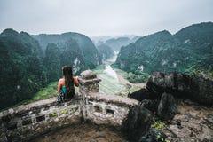 Eine Frau übersieht die Berge von Nord-Vietnam von Hang Mua, ein populärer wandernder Bestimmungsort lizenzfreies stockbild