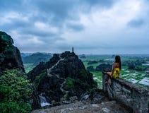 Eine Frau übersieht die Berge von Nord-Vietnam von Hang Mua, ein populärer wandernder Bestimmungsort lizenzfreie stockbilder