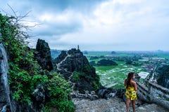 Eine Frau übersieht die Berge von Nord-Vietnam von Hang Mua, ein populärer wandernder Bestimmungsort stockfotografie