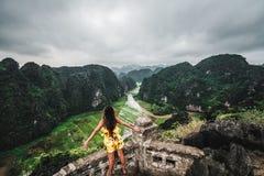 Eine Frau übersieht die Berge von Nord-Vietnam von Hang Mua, ein populärer wandernder Bestimmungsort lizenzfreies stockfoto