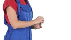 Eine Frau in Arbeitskraftkleidung zählt Geld auf weißem Hintergrund stock video