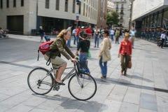 Eine Frau auf einem Fahrrad lizenzfreies stockfoto