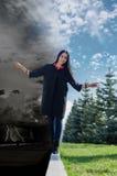 Eine Frau balanciert zwischen Dunkelheit und Licht Lizenzfreies Stockfoto