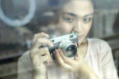Eine Frau benutzt eine alte Kamera Stockfotografie