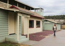 Eine Frau bereist Rim Country Museum, Payson, Arizona Lizenzfreie Stockbilder
