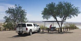 Eine Frau bereitet ein Picknick am Elefant Butte See vor Stockbild
