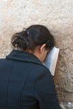 Eine Frau betet an der Klagemauer Lizenzfreies Stockbild