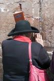 Eine Frau betet an der Klagemauer Stockfotografie