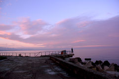 Eine Frau betrachtet den Sonnenaufgang Stockfotos