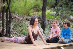 Eine Frau bildet mit Kindern im Yard aus lizenzfreies stockfoto