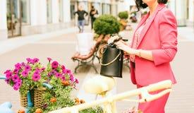 Eine Frau in den Griffen der modernen Kleidung in den H?nden eine schwarze Handtasche lizenzfreie stockbilder