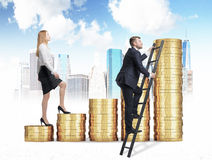 Eine Frau in der Abendtoilette läuft oben Treppe durch, die von den goldenen Münzen hergestellt werden, während ein Mann eine Abk Stockbild