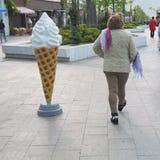 Eine Frau in der Hose geht Lizenzfreies Stockbild