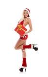 Eine Frau in der Weihnachtswäsche, die ein Geschenk hält Stockfotos