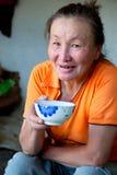 Eine Frau des trinkenden Tees des asiatischen Aussehens Lizenzfreie Stockfotografie