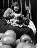 Eine Frau, die Äpfel auf der Straße in Baku, Aserbaidschan verkauft Stockbilder