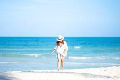 Eine Frau, die auf den Strand schlendert lizenzfreies stockbild
