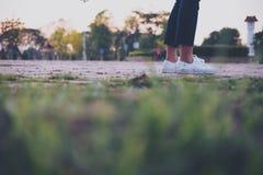 Eine Frau, die auf der Brücke mit dem Fühlen traurig sitzt stockfotografie