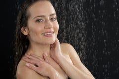 Eine Frau, die an der Dusche steht Stockfotografie