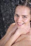 Eine Frau, die an der Dusche steht Stockfotos