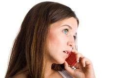 Eine Frau, die durch Handy spricht Stockbild