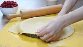 Eine Frau, die eine Kruste für ein Törtchen macht Herstellung des scharfen Teigs stock video