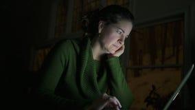 Eine Frau, die eine Laptop-Computer verwendet stock video
