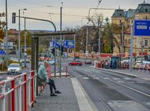 Eine Frau, die FO-Bus in Prag, Czechia wartet stockbilder