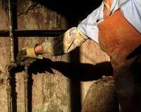 Eine Frau, die an Gas-hineingegossener Bäckerei in Baku, Aserbaidschan arbeitet Stockfotos